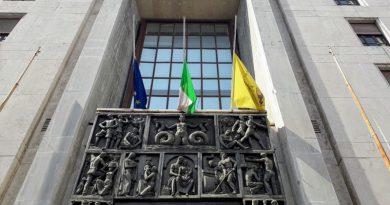 Coronavirus, le bandiere della Città Metropolitana di Napoli esposte a mezz'asta