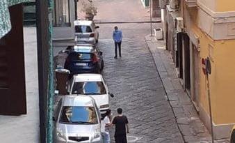 Napoli, i parcheggiatori abusivi ritornano a riportare caos, disordini ed illegalità con la sosta selvaggia