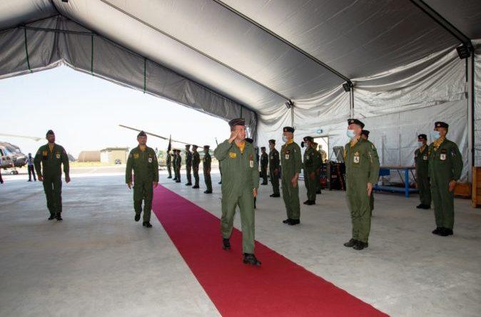 Passaggio in rassegna allo schieramento da parte del comandate il 9 stormo insieme ai Comandanti uscente e subentrante del 21° Gruppo volo