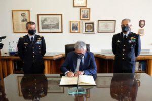 Firma dell'albo d'onore della Scuola Specialisti da parte del prof. PAOLISSO