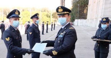 Consegna Attestato da Parte del Col. Roberto Impegno Comandante della Scuola Specialisti di Caserta