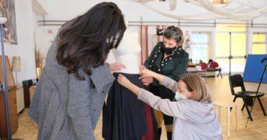 Le donne di Napoli Est sfilano con le gonne artigianali realizzate in materiali di recupero